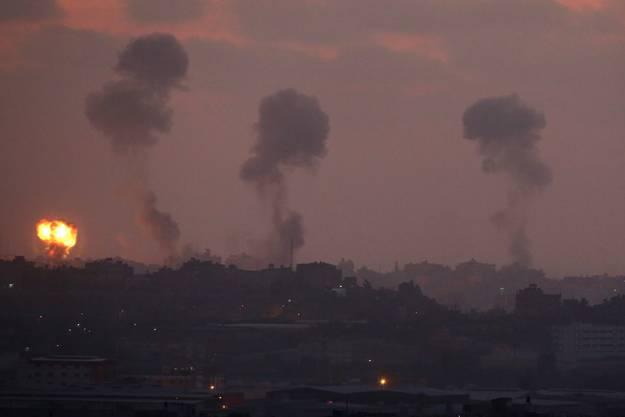 Israelische Raketen schlagen im Gazastreifen ein.