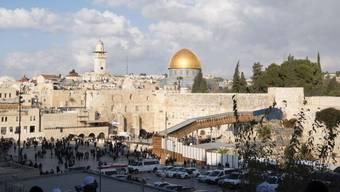 Die Altstadt Jerusalems mit dem Tempelberg, dem Felsendom und der Klagemauer. Der seit Jahren andauernde Protest gegen ein Seilbahnprojekt an dieser Stelle flammt derzeit wieder auf. (Archivbild)