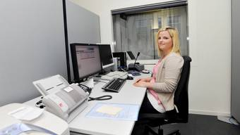 Anuschka Weber registriert die Daten des Gesuchstellers hinter einer Glaswand. Per Mikrofon kann sie fragen, ob ihm das Bild gefällt und ob alle Daten stimmen.
