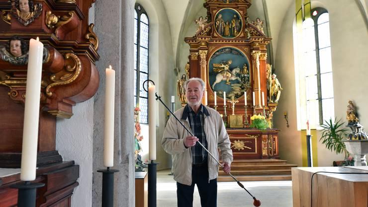 Franz Kissling zündet Kerzen in der katholischen Kirche in Oensingen an. Auch das gehört seit 50 Jahren zu seinem Dienst.