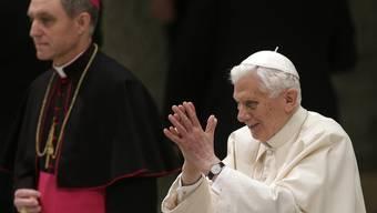 Papst Benedikt XVI., an seiner Seite Erzbischof Georg Ganswein, am Mittwoch während der Generalaudienz