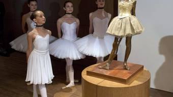 Junge Ballettänzerinnen betrachten eine Statue von Edgar Degas mit dem Titel «Little Dancer Aged Fourteen»