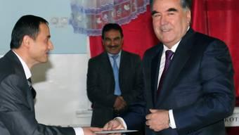 Der Präsident Tadschikistans, Emomali Rachmon (rechts), bei einer früheren Abstimmung. Der Machthaber will mit einer Verfassungsänderung auf längere Sicht die Macht seiner Familie sichern. (Archivbild)