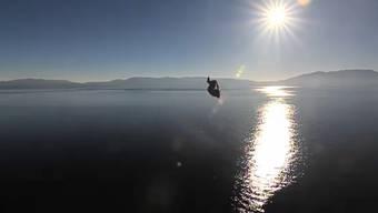 Mike Wilson springt mutig in den Lake Tahoe in Kalifornien