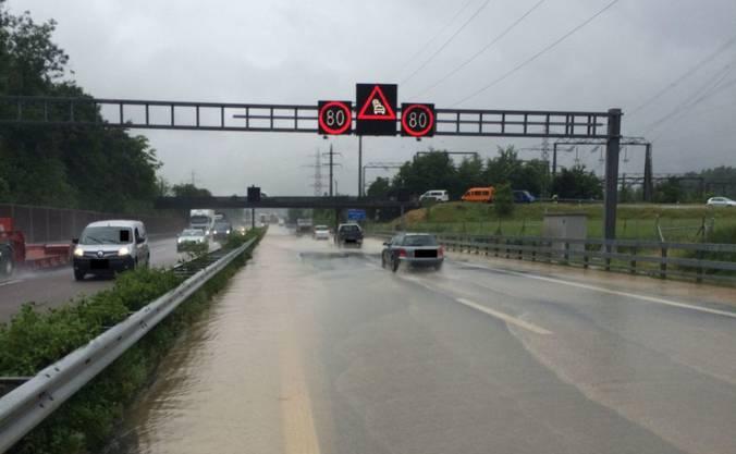Wasser auf der Autobahn A1 im Westaargau führte zu Verkehrsbehinderungen