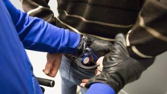 Polizist nimmt Mann fest (Symbolbild)