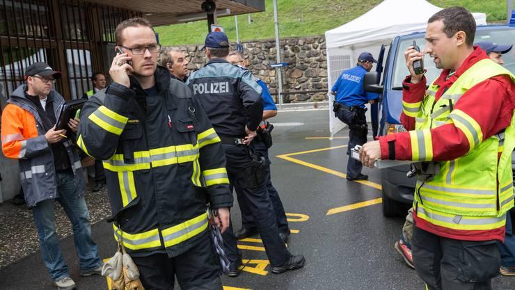 Rettungsleute und die Polizei koordinieren die Einsätze im Bahnhof in Tiefencastel