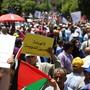 """Tausende Palästinenser protestierten am Montag im besetzten Westjordanland gegen eine Konferenz für wirtschaftliche Investitionen in den Palästinensergebieten in Bahrain. Demonstranten hielten Schilder hoch, auf denen u.a. """"Jerusalem und Palästina stehen nicht zum Verkauf"""" stand."""