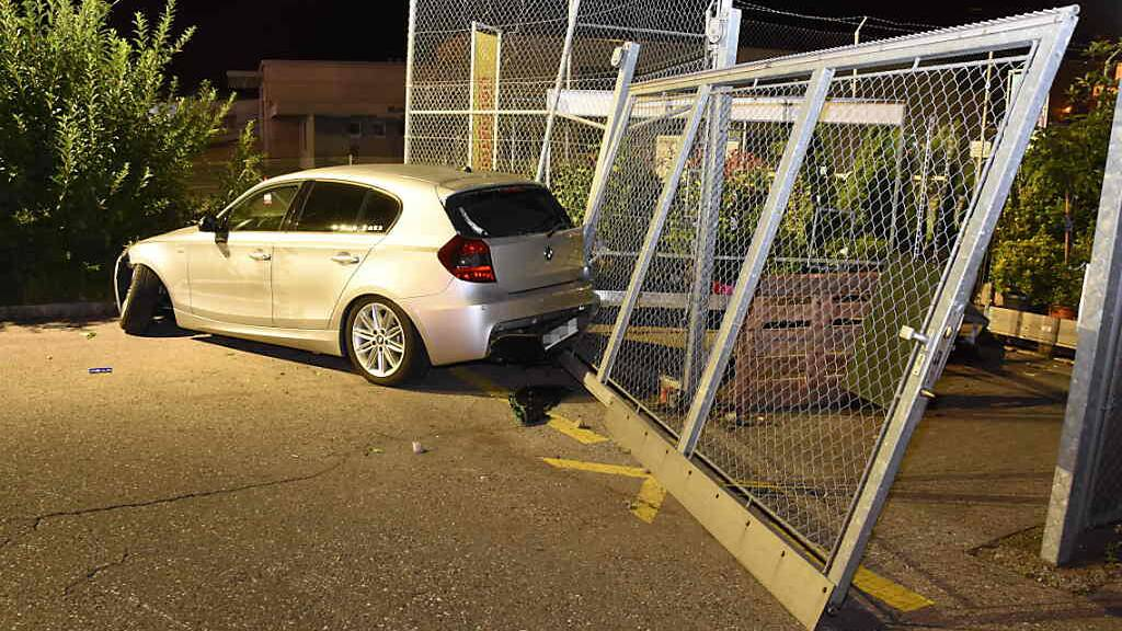 In einem Zaun war nach mehreren Karambollagen Schluss.