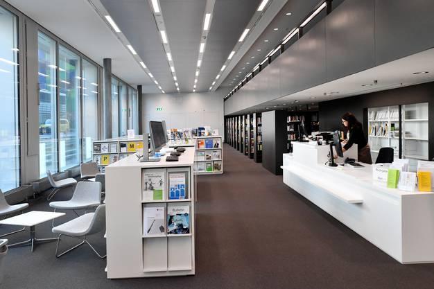 Rechts die Info-Theke, in der Mitte die Zeitschriftenabteilung.