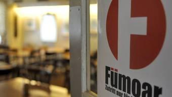 """Hinweistafel für """"Fümoar"""" an der Eingangstüre einer Beiz in Basel (Archiv)"""