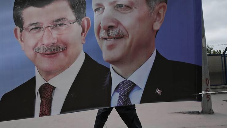 Regierungschef Davutoglu (l.) mit Präsident und Ex-AKP-Parteichef Erdogan auf einem Plakat in Istanbul: Sie stellen die Weichen auf Neuwahlen im November.