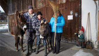 Sie sind Barbaras (mit dem Reisbesen) neue Familie: Christina und Christian mit ihren Eseln Pedro (braun) und Luser vor dem Hof in Aeschi BE.ANNETTE BOUTELLIER