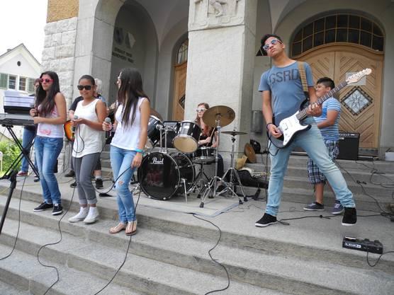 Die neunköpfige Schulhausband begeisterte die Schülerschaft mit Hitparadesongs