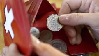 In der Schweiz haben die reichsten 20 Prozent der Bevölkerung durchschnittlich 4,4 Mal mehr Geld zur Verfügung als die ärmsten 20 Prozent. Der Bund sorgt durch staatliche Umverteilung dafür, dass das Ungleichgewicht sich nicht verstärkt. (Archivbild)