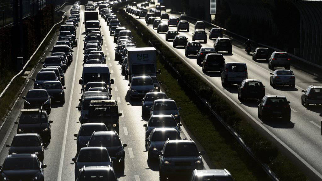 Immer mehr Autos auf Schweizer Strassen: Knapp sechs Millionen Fahrzeuge waren im letzten Jahr immatrikuliert. (Symbolbild)