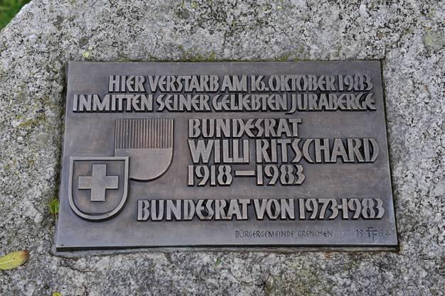 «Hier verstarb am 16. Oktober 1983 inmitten seiner geliebten Juraebene Bundesrat Willi Ritscharrd»