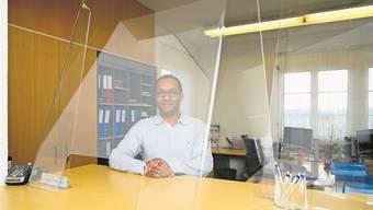 Hinter Plexiglas: Deepak Santschi, Leiter des Regionalen Zivilstandsamts Menziken. Bild: Alex Spichale