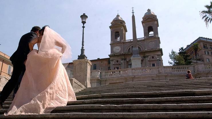 Die Spanische Treppe in Rom vor der Restauration. Mittlerweile ist sie wieder weiss wie das Kleid der Braut. Damit das so bleibt, soll der Zugang in der Nacht gesperrt werden. (Archivbild)