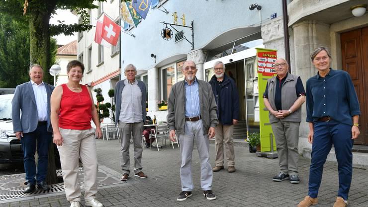 Der Vorstand: von links Cäsar Bärtschi, Martina Nussbaumer, Bernhard Gloor, Magnus Jäggi, Werner Good, Paul Loser und Trudi Wey vor dem Kolpinghaus an der Oltner Ringstrasse nahe der Martinskirche.