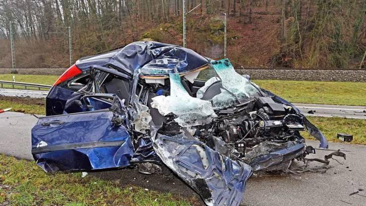Frontal in einen Lastwagen gekracht: Die Autolenkerin wurde mit unbestimmten Verletzungen ins Spital gefahren.