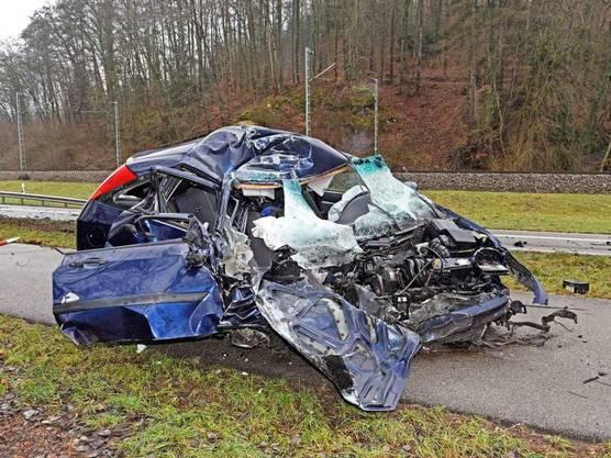 Auf einer Autostrasse bei Schaffhausen ist am Montagmittag ein Auto frontal in einen Lastwagen gekracht. Die Autolenkerin war auf die Gegenfahrbahn geraten. Sie erlitt unbestimmte Verletzungen und wurde mit der Ambulanz ins Spital gefahren.
