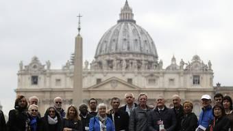 Mitglieder der Organisation ECA (Ending of Clergy Abuse) am Montag auf dem Petersplatz - am Donnerstag begann im Vatikan ein Krisengipfel zu sexuellem Missbrauch in der katholischen Kirche.