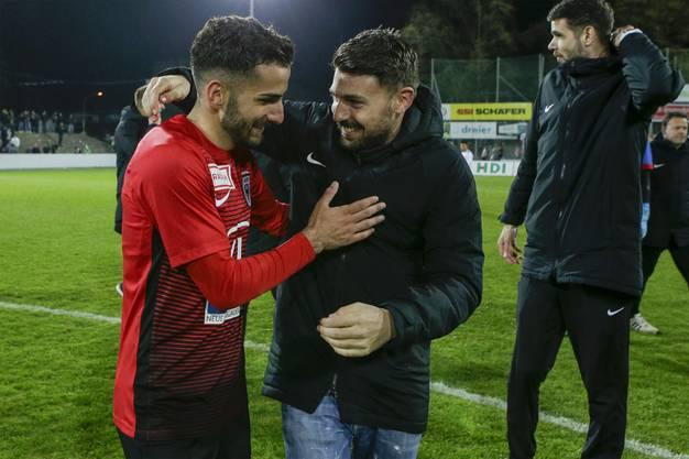 Tasar (l.) erhält Glückwünsche vom verletzten Gianluca Frontino (r.).