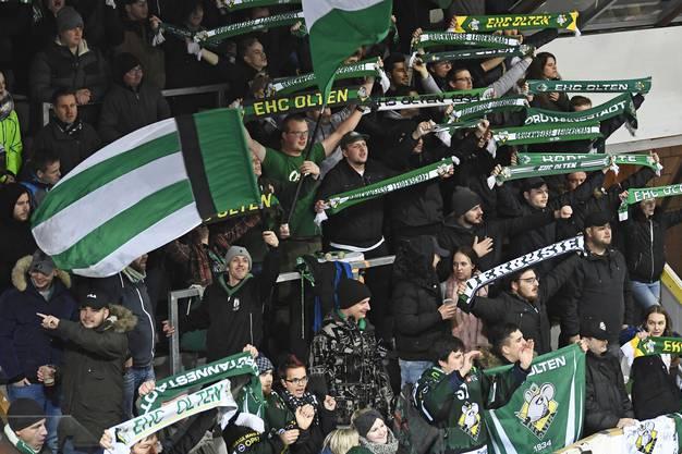Für die Fans aus Olten hat sich die Reise zum Rivalen gelohnt – ihr Team bedankt sich für die Unterstützung mit drei Punkten.