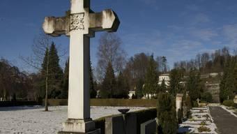 Ein Kreuz auf dem Friedhof Friedental in Luzern (Archiv)