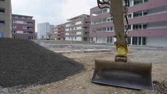 Die letzten Arbeiten laufen, im Mai ziehen die ersten Mieter ein: Die Siedlung «Im Römerpark» in Oberentfelden. jakob weber