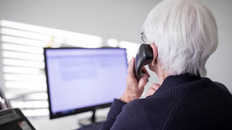 Eine Mitarbeiterin der Dargebotenen Hand nimmt das Telefon (Tel. 143) ab.