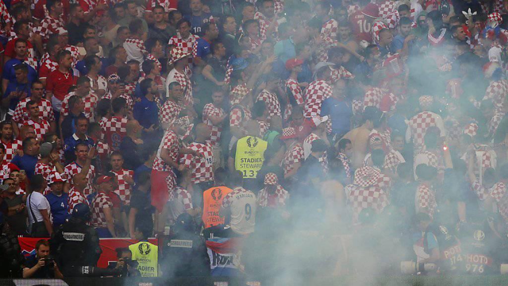 Kroatische Anhänger warfen am letzten Freitag im EM-Spiel gegen Tschechien (2:2) bengalische Fackeln auf das Spielfeld