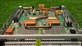 Wasserkühlung: Kupferleitungen und Kühlelemente auf einem so genannten «Server Blade».(Bild: ZVG IBM / ETH)