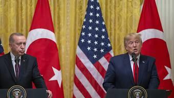 """Bei einem Besuch des türkischen Präsidenten Erdogan im Weissen Haus sprach Trump im November mit Blick auf den Kauf des russischen Raketenabwehrsystems S-400 von einer """"sehr ernsten Herausforderung"""", ohne aber Sanktionen anzukündigen.(Archivbild)"""