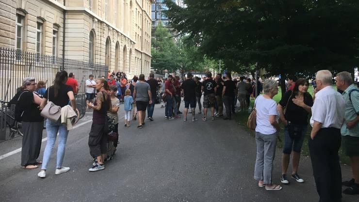 Rassismus-Vorwürfe gegen Guggen: Rund 150 Leute haben sich vor dem De Wette-Schulhaus versammelt um sich solidarisch zu zeigen.