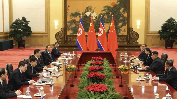 Die Gespräche in der Grossen Halle: Der nordkoreanische Machthaber Kim Jong Un mit Delegation beim Staatsbesuch in China