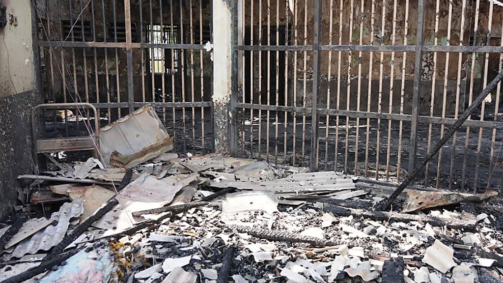 HANDOUT - Eine völlig ausgebrannte Gefängniszelle des Tangerang-Gefängnisses. Foto: Indonesian Ministry of Justice and Human Rights/AP/dpa - ACHTUNG: Nur zur redaktionellen Verwendung und nur mit vollständiger Nennung des vorstehenden Credits