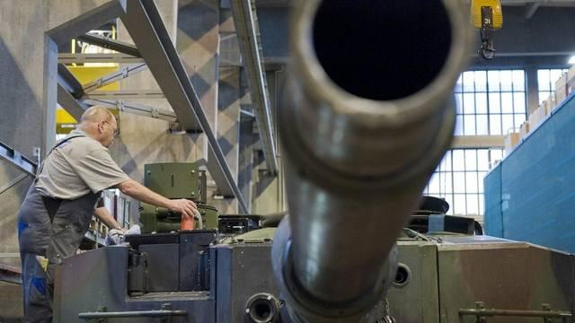 Ein Mitarbeiter des Rüstungskonzerns Ruag bearbeitet ein Panzerrohr (Symbolbild)