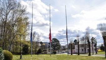 Im Gedenken an die Katastrophe vor 50 Jahren: Die Fahnen im Eingangsbereich von Dottikon ES hängen auf halbmast.