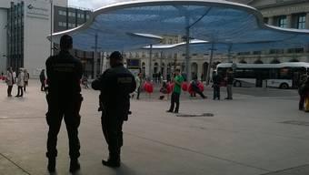 Eine Patrouille der Kantonspolizei nimmt am Dienstagabend am Bahnhof Aarau zwei mutmassliche Drogendealer fest. (Archivbild)