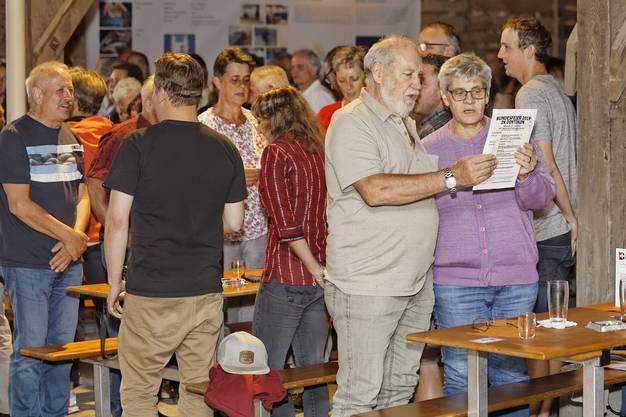 1. Augustfeier Dintikon im Holzhof der Ortsbürgergemeinde:Die Bevölkerung singt die Nationalhymne.