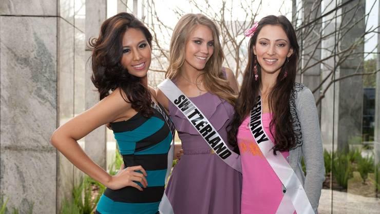 Miss Thailand 2011, Chanyasorn Sakorchan links; Miss Switzerland 2011, Kerstin Cook und Miss Germany 2011, Valeria Bystritskaia