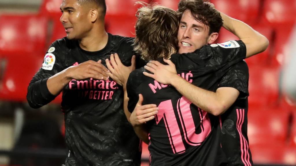 Die Spieler von Real Madrid bejubeln einen Treffer gegen Granada. Sie können weiter auf den Titelgewinn in Spanien hoffen