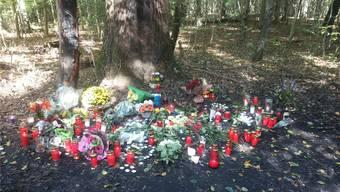Blumen, Kerzen und Briefe zum Abschied am Unfallort in Rheinfelden.