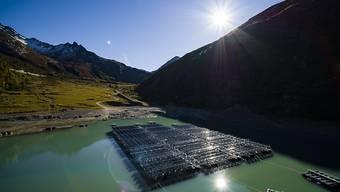 Auf dem Stausee Lac des Toules im Wallis werden 36 schwimmende Photovoltaik-Elemente zu einer Solarenergieanlage zusammengebaut. Diese Pilotanlage bedeckt eine Fläche von 2240 Quadratmetern und wird jährlich 800'000 Kilowattstunden Strom für 220 Haushalte produzieren.