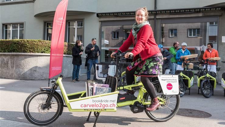 Die Cargo-Bikes werden von kleinen Firmen betreut und herausgegeben. Im Bild eine Buchhändlerin, die an einem bereits gestarteten Pilotprojekt in Bern teilnimmt.