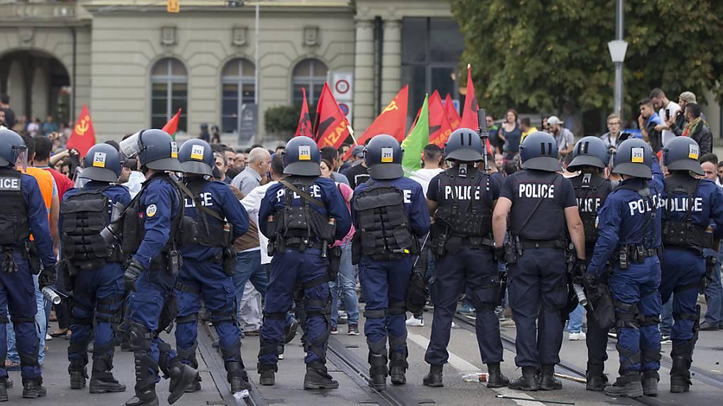 Polizisten verhindern am 12. September 2015 auf der Berner Kirchenfeldbrücke, dass Kurden und Sympathisanten zur kurdischen Gegendemonstration auf dem Helvetiaplatz gelangen.