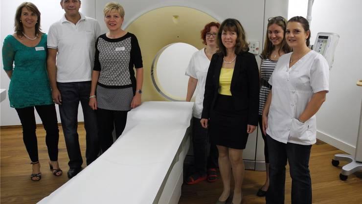 Sabine Paul (3. v.r.) und das Team vom Radiologie-Zentrum Fricktal – gruppiert um den Computertomographen in den neuen Räumlichkeiten in Rheinfelden. mf