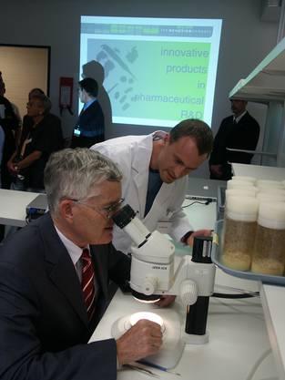 Auch Bundesrat Kaspar Villiger besucht Schlieren im Jahr 2003 und lässt sich die Labors der The Genetics Company zeigen